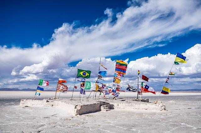vlajky u jezera