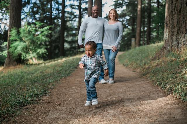 rodiče s dítětem v lese