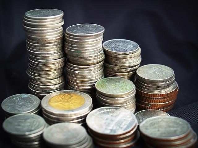 stříbrné mince ve sloupcích