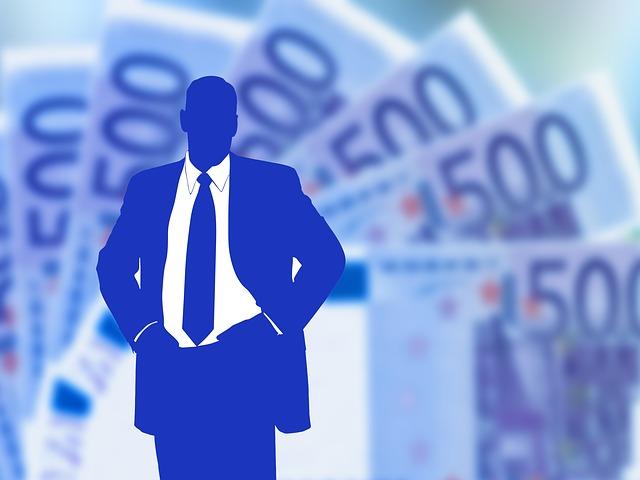 modrá postava obchodníka na popředí stovek euro
