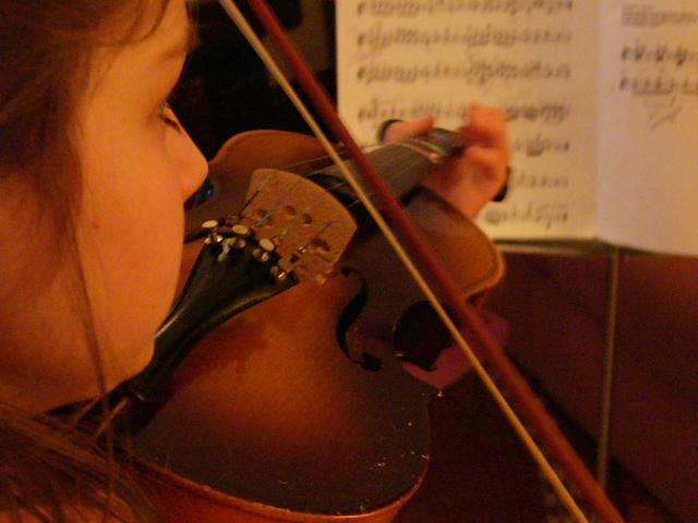 malé dítě učící se hru na housle