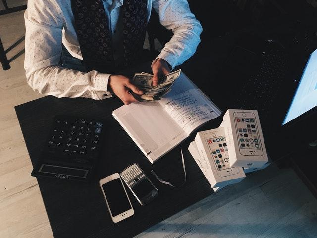 bankéř, bankovky, kalkulačka